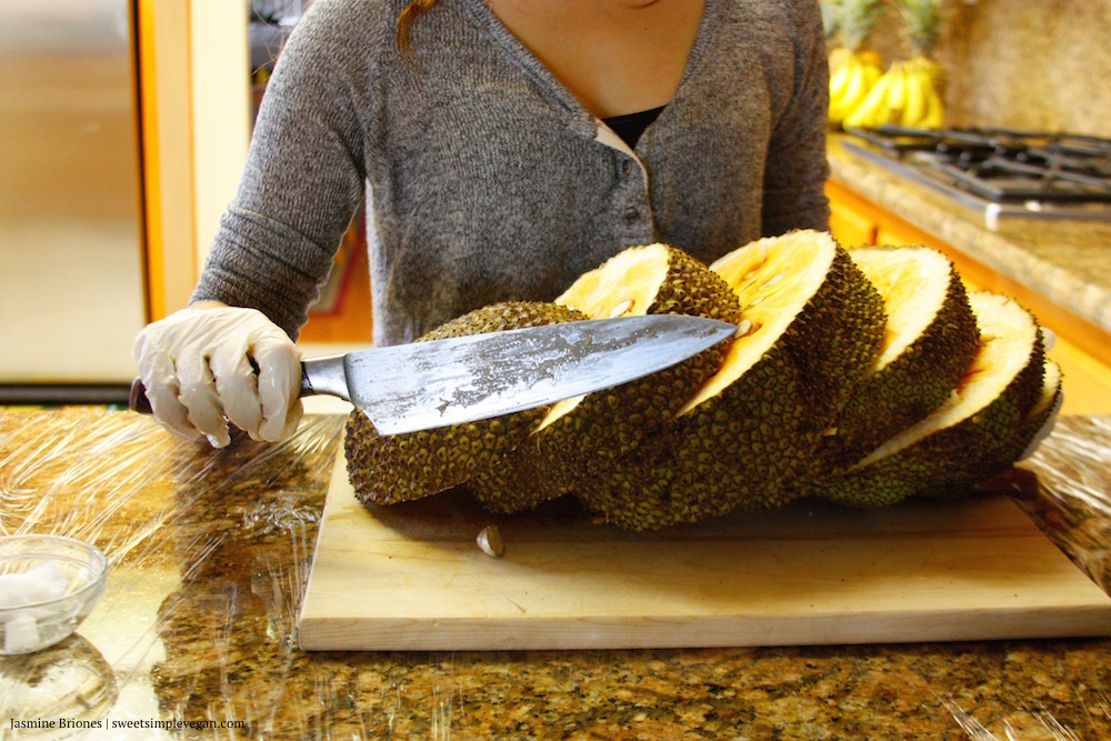 Cut jackfruit slices with knife.