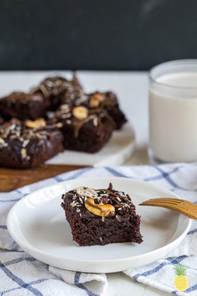 The Fluffiest Vegan Aquafaba Brownies! {gluten- & oil-free} #vegan #oilfree #glutenfree #aquafaba #brownies