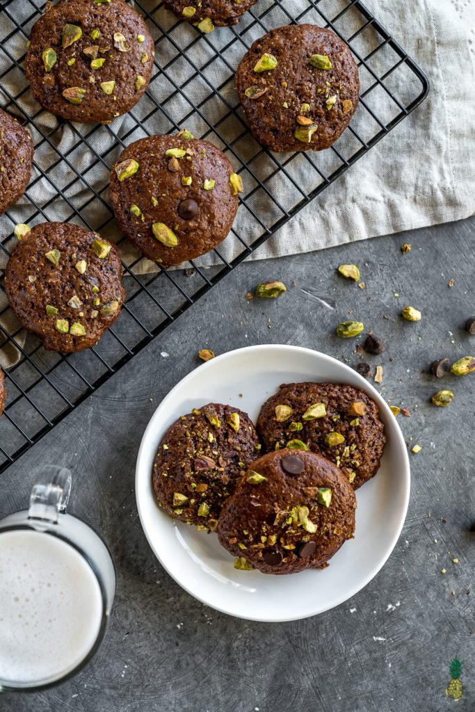 Cookies and brownies merged into one, genius!! These Double Chocolate Brownie Cookies w/ Pistachios are out of this world amazing, and definitely a must try! #brownie #cookies #brookies #dessert #vegan #chocolate #doublechocolate #pistachios #kids #easy #oilfree #lowfat #mustry #veganized #sluttybrownie