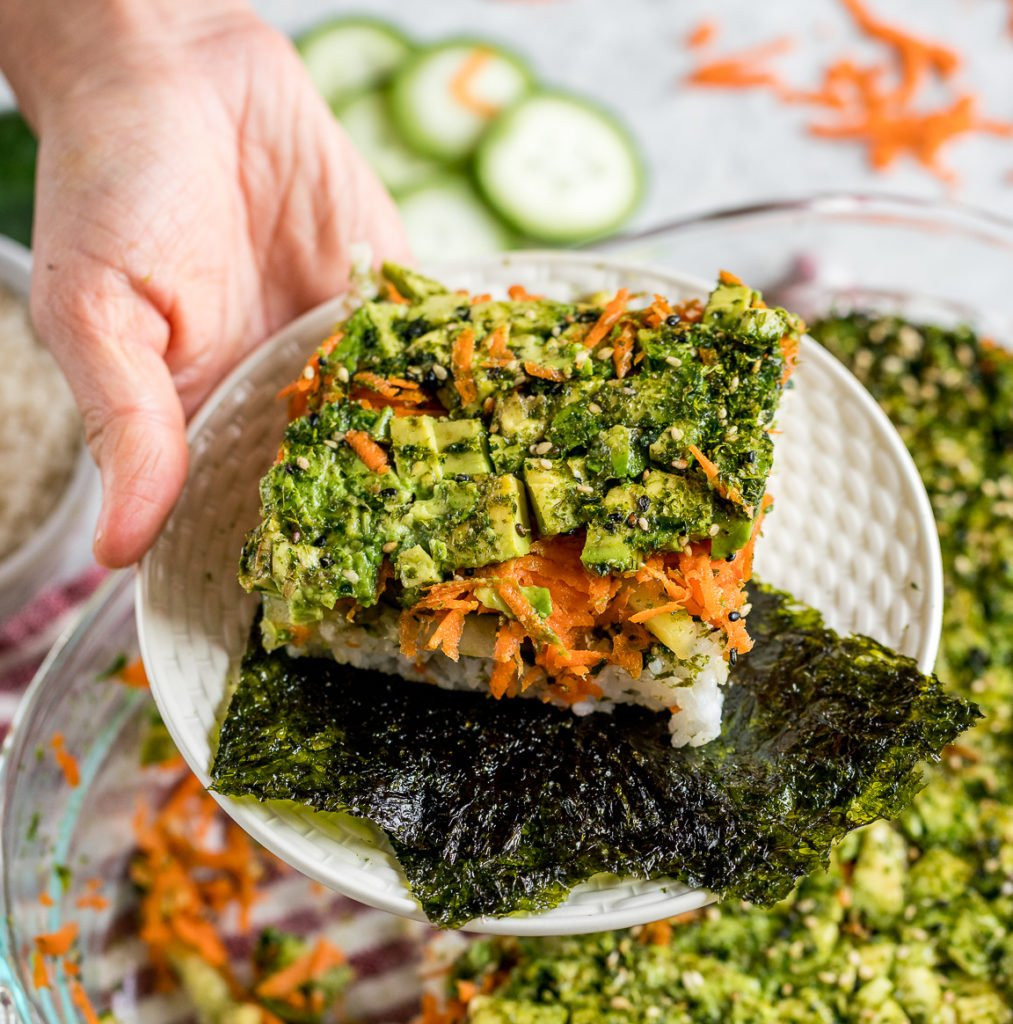This easy vegan sushi casserole deserves a place at your dinner table or your next gathering! It is the perfect mix of salty, creamy and crunchy + it requires just 6 simple ingredients to make. #sushi #casserole #easy #6ingredients #vegan #vegansushi #easyvegan #veganparty #partyrecipe #foolproof #musttryvegan #musttry #avocado #easysushi #entree #party #lunch #dinner