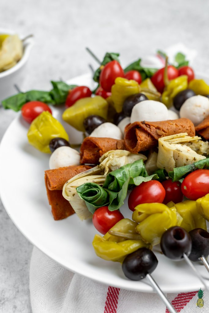 A no-cook recipe that is perfect for a last minute party appetizer, for summer picnics or even for a quick snack at home. These antipasto skewers are plain and simple, and ready in less than 10 minutes! #vegan #antipasto #skewers #partyrecipe #easy #nocook #lastminute #appetizer #starter #italian #fourthofjuly #sweetsimplevegan #partyrecipe #veganized