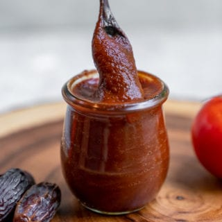 An easy and homemade barbecue sauce that is sweetened with dates, made with simple ingredients and ready in under an hour. This is a must make recipe for the summer and is the perfect addition to any backyard barbecue! #datesweetened #sugarfree #barbecuesauce #oilfree #vegan #summerrecipe #veganbarbecue #sauce #dip #side #staple #bestvegan