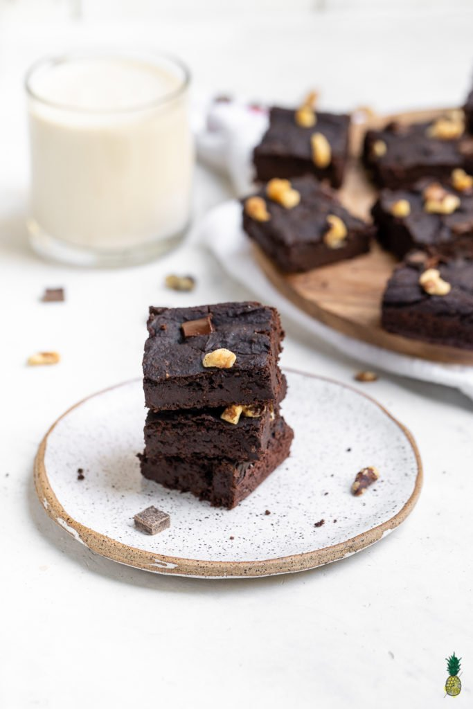 These easy black bean brownies make for the PERFECT dessert as they are oil-free, gluten-free, flourless, rich in fiber AND ready in about 40 minutes...that was a mouthful! AND everyone will lovethese, especially kids.